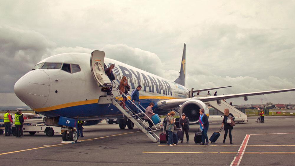 Ryanair: Der hohe Preis des billigen Fliegens | Blätter für deutsche ...