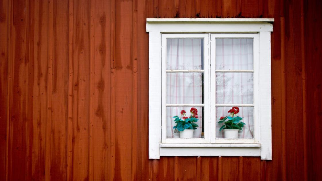 Ein Fenster an einer roten Hauswand
