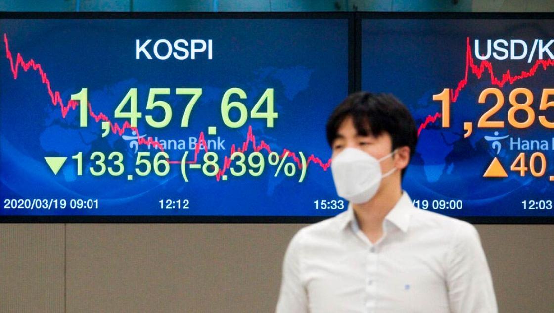 Korea, 19. März 2020 : Ein Bildschirm zeigt den Korea Composite Stock Price Index (KOSPI) in einem Handelsraum der KEB Hana Bank in Seoul, Südkorea