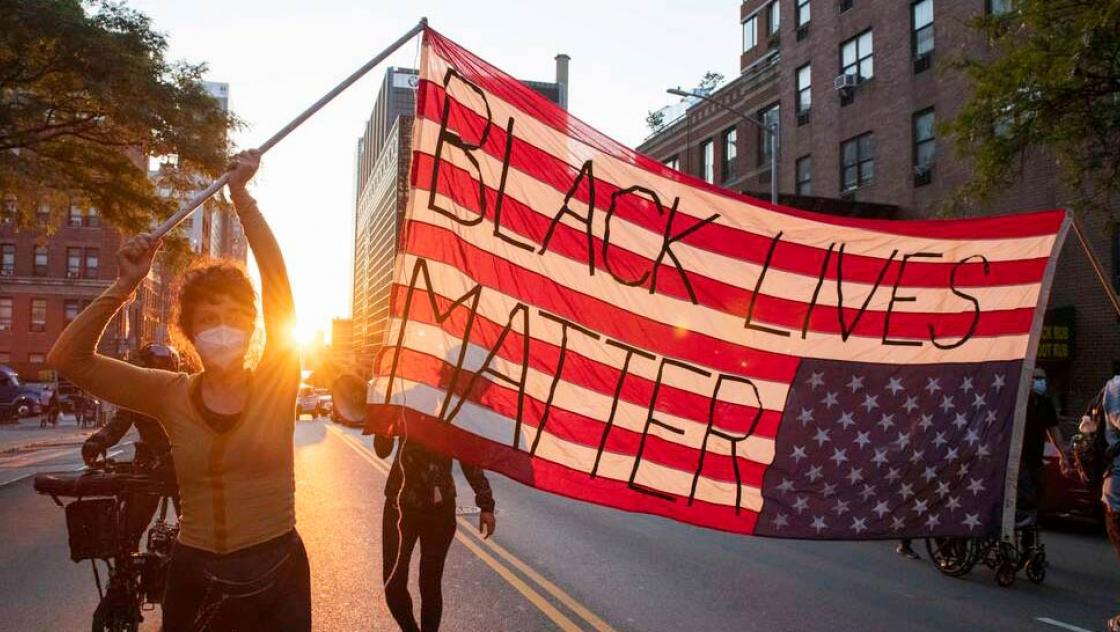 "Demonstrant*innen in New York City schwenken die US-Flagge mit der Aufschrift ""Black Lives Matters"", 15.6.2020"