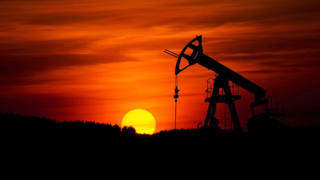 Eine Ölpumpe im Sonnenuntergang