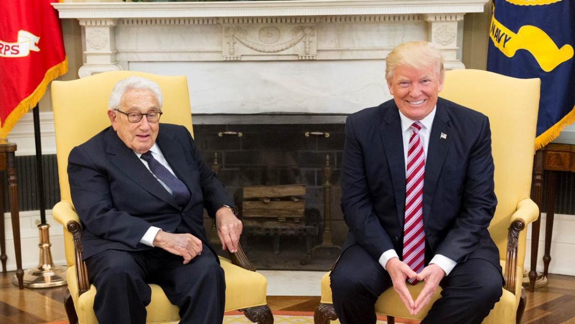 US-Präsident Donald Trump trifft im Mai 2017 im Oval Office des Weißen Hauses in Washington, D.C. den ehemaligen Nationalen Sicherheitsberater und Außenminister Henry Kissinger.