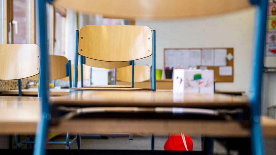 Stühle in einem leeren Klassenraum