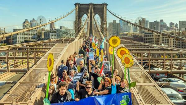 Klimaschützer demonstrieren auf der Brooklyn Bridge in New York