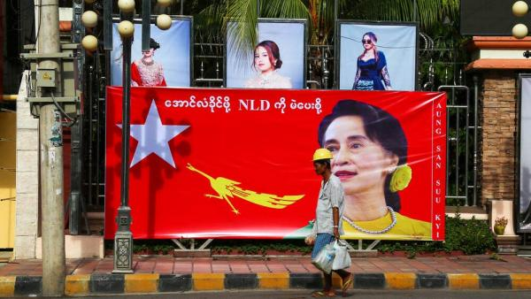 8. September 2020, Mandalay, Myanmar: Ein Mann vor dem Wahlkampfvorstand der National League for Democracy.