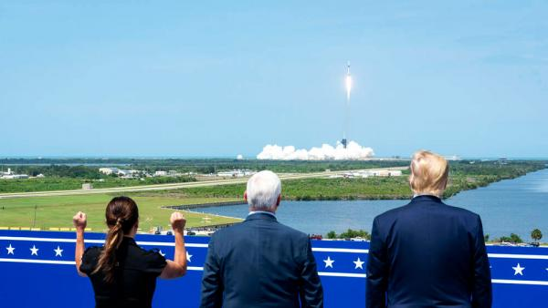 US-Präsident Donald Trump, rechts, Vizepräsident Mike Pence und Karen Pence beobachten den Start der Rakete SpaceX Falcon 9 mit dem Raumschiff Crew Dragon der NASA-Mission SpaceX Demo-2, die am 30. Mai 2020 am Kennedy Space Center in Cape Canaveral, Florida, abhebt.